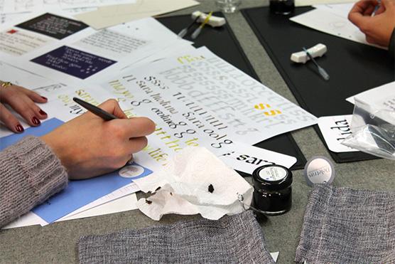 alumno practicando caligrafia